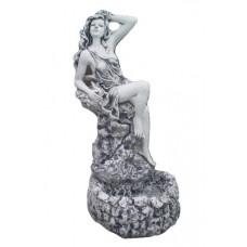 Водопад  девушка на камне