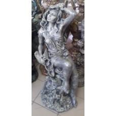 Статуя девушка на камне.